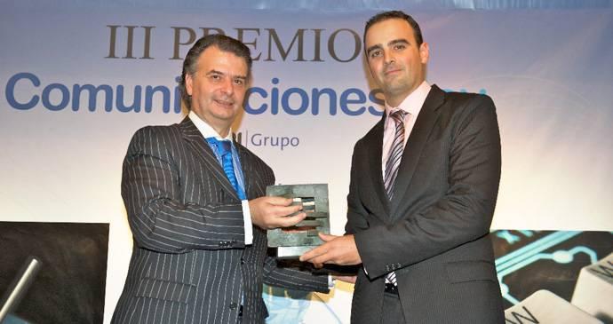 José Luis Prado, Consejero Delegado del Grupo TPI entrega el galardón a Juanjo García Cabrera, Account Manager de Arsys.
