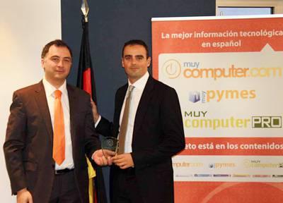 Gustavo de Porcellinis, Director Comercial de TPN, entrega el premio a Juanjo García Cabrera, Telco&Media Sales Manager de Arsys.