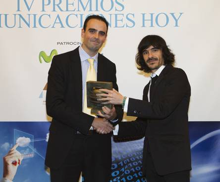 Juan José García, Director de Grandes Cuentas de Arsys, recoge el premio de mano de Jaime Garcia Cantero, analista de mercado.