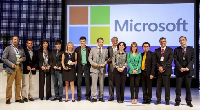 Nieves Franco (tercera por la izquierda), entre los directivos de Microsoft y de las empresas galardonadas en esta edición
