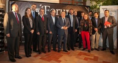 Los galardonados en esta edición de los premios iForum posan junto a los organizadores y autoridades.