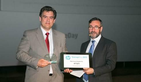 Olof Sandstrom recoge el premio al Mejor Service Provider de 2012 de mano de Carlos Preciado, Director de la Unidad de Negocio de Almacenamiento de HP Iberia